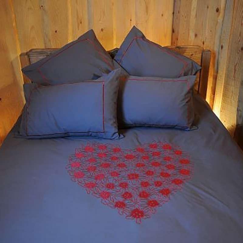 housse de couette coeur de fleurs rouge deco montagne. Black Bedroom Furniture Sets. Home Design Ideas