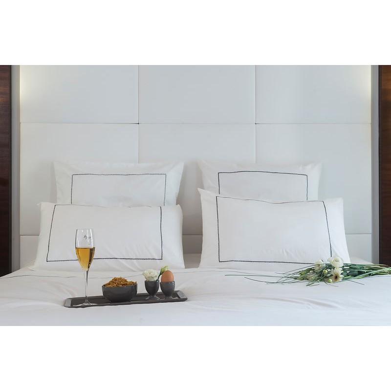 housse de couette unie blanche deco chic. Black Bedroom Furniture Sets. Home Design Ideas