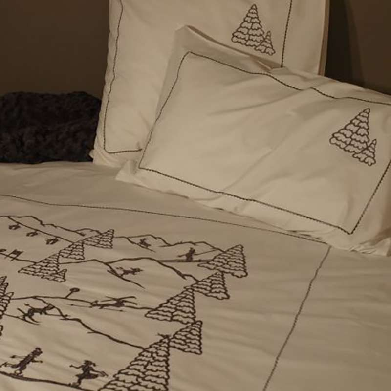 housse de couette brod e de sports d 39 hiver est tr s deco montagne. Black Bedroom Furniture Sets. Home Design Ideas