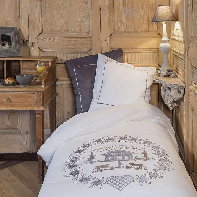 housse de couette ronde d 39 edelweiss blanche brod grise vagabonde. Black Bedroom Furniture Sets. Home Design Ideas